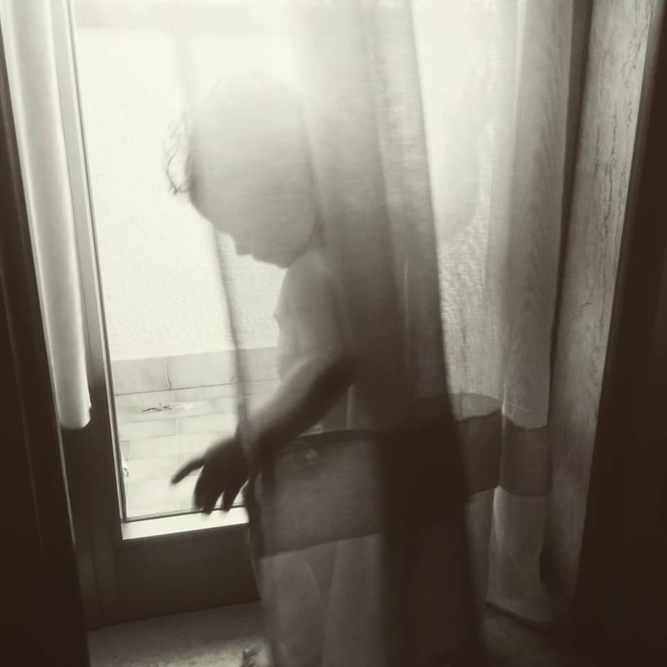 bimba alla finestra